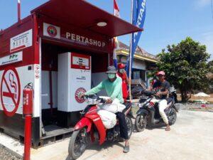 Suasana pengisian BBM jenis Pertamax di Pertashop Desa Jejawi, Kecamatan Jejawi, Kabupaten Ogan Komering Ilir, Sumsel.