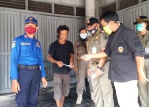 Salah satu warga Kabupaten Blitar Jawa Timur mendapatkan sanksi karena tidak menggunakan masker saat beraktivitas di luar rumah (Robby / Mattanews.co)