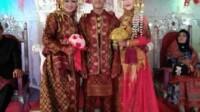 Pria di Musi Banyuasin (Muba) Sumsel berfoto bersama dua pengantin perempuannya (IST)