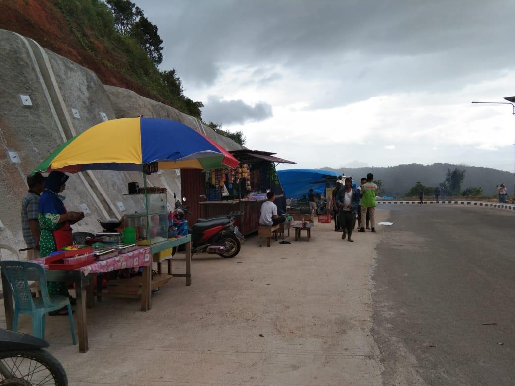 Lapak pedagang dan parkiran kendaraan pengunjung di wisata alam Marapalam Pato di Kabupaten Tanah Datar Sumatera Barat (Sumbar) memakan ruas jalan (M Rafi / Mattanews.co)