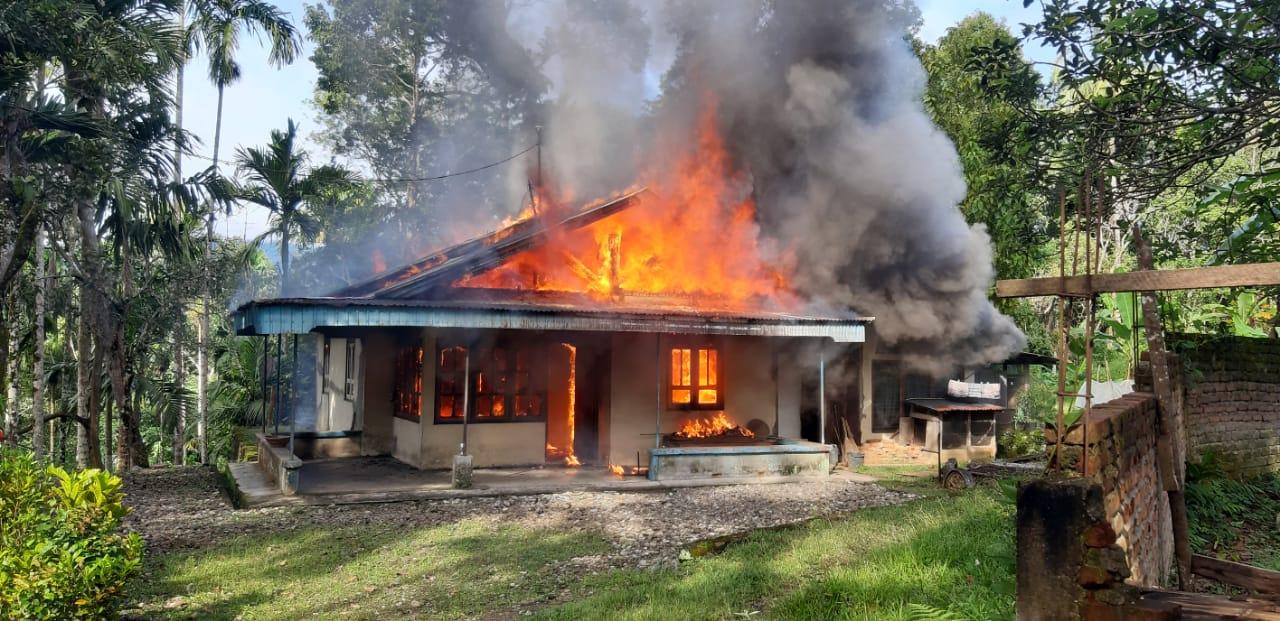 Rumah warga Tanah Datar Sumbar yang dilalap si jago merah (M Rafi / Mattanews.co)