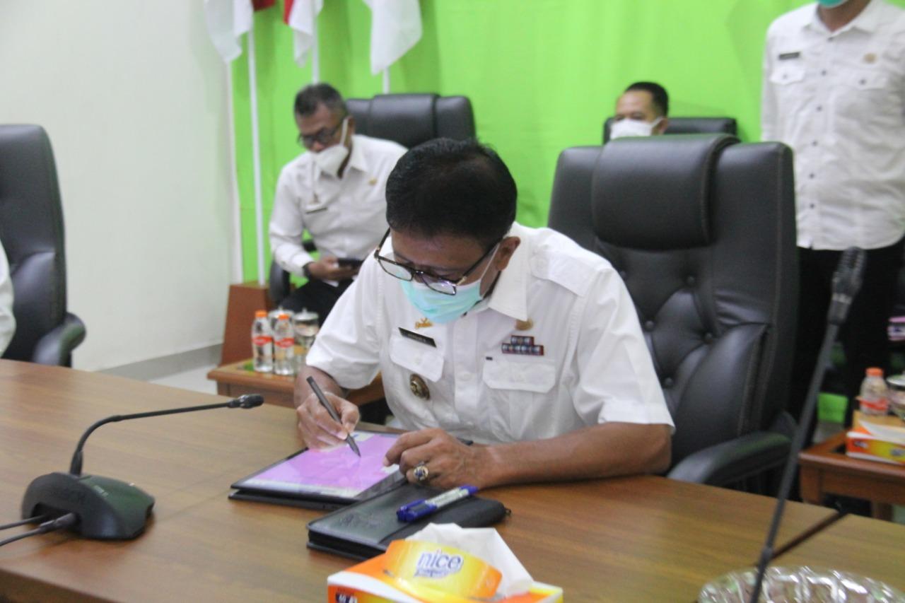 Bupati Ciamis Herdiat Sunarya mengikuti kegiatan video conference mengenai Penandatanganan Pemberian Pinjaman dalam rangka Pelaksanaan Kegiatan Pemulihan Ekonomi Nasional (PEN) Daerah Provinsi Jawa Barat Tahun 2021.