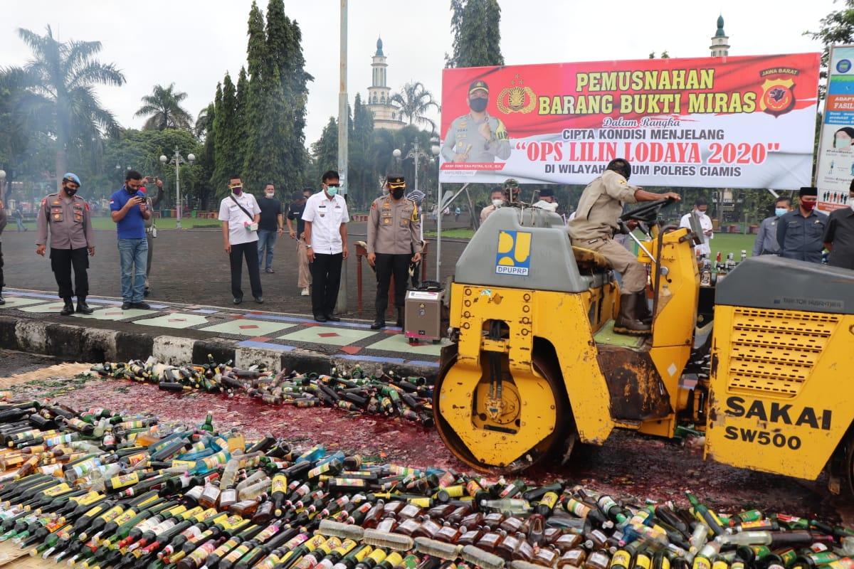 Polres Ciamis Polda Jabar musnahkan ribuan botol minuman keras (Miras) ilegal di kawasan Alun Alun Ciamis, Kabupaten Ciamis, Jawa Barat, pada Rabu (30/12/2020).