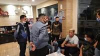 Dua orang rekan YMS saat diinterogasi oleh tim Polrestabes Palembang (Selfy / Mattanews.co)