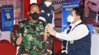 Komandan Korem 044/Gapo Brigjen TNI Jauhari Agus Suraji mendapat suntikan vaksinasi