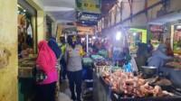Kapolres Banjar AKBP Melda Yanny, S.I.K.,M.H. mendatangi pasar Kota Banjar untuk selalu mengingatkan protokol kesehatan kepada para pedagang dan pengunjung pasar pada Kamis, (31/12/2020).