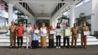 Bupati Ciamis Herdiat Sunarya saat menerima para perwakilan peraih penghargaan tingkat propinsi di bidang Keluarga Berencana (KB) bertempat di Joglo Barat Pendopo Kabupaten Ciamis, Senin (04/01/2021).
