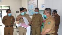 Bupati Muara Enim Juarsyah saat mengecek absensi kehadiran pegawai di kantor dinas di Muara Enim (Arie / Mattanews.co)