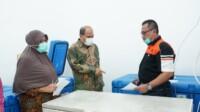 Keterangan gambar : Walikota Tebingtinggi (Sumut) pada saat meninjau persiapan tempat penyimpanan covid-19 di ruangan instalasi parmasi dinas kesehatan jalan gunung lauser TebingTinggi (Anjas / Mattanews.co)