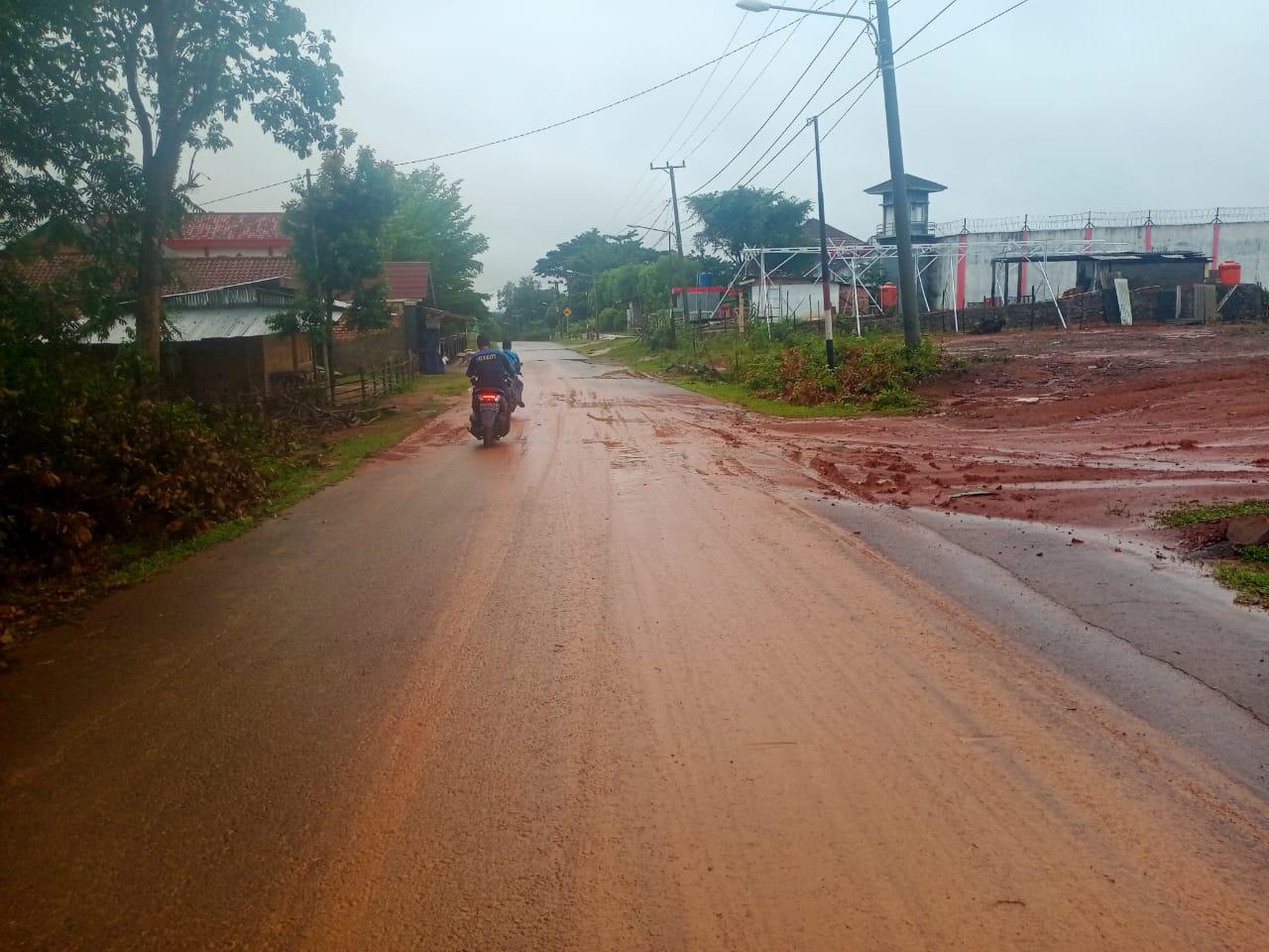 Jalan yang ditutupi tanah merah menutupi sepanjang jalan di beberapa kawasan di Muara Enim Sumsel saat musim penghujan (Arie / Mattanews.co)