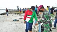 Wako Medan bersama-sama aparat TNI-Polri dan para pelajar beramai-ramai membersihkan sampah di tepian Pantai Ocean Pasific (Tison / Mattanews.co)