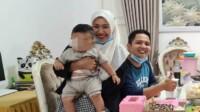 Penumpang pesawat Sriwijaya Air Indah Halimah Putri berfoto bersama suami dan anaknya semasa hidup