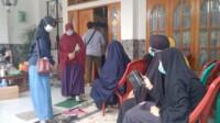 Tetangga dan kerabat mendatangi kediaman Kapten Afwan di Komplek Bumi Cibinong Endah, RT 01 RW 10, Kecamatan Cibinong, Kabupaten Bogor, Minggu (10/1/2021) (Bambang/Mattanews.co)