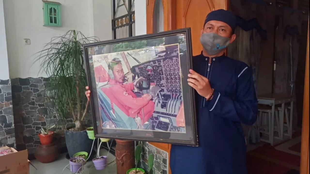 Bingkai foto Pilot Sriwijaya Air Kapten Afwan saat ditunjukkan keluarganya ke para awak media di kediamannya di Bogor Jabar (Bambang / Mattanews.co)