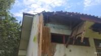 Atap gedung sekolah roboh.