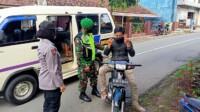 Satgas Covid-19 melaksanakan kegiatan woro-woro sosialisasi tentang Pemberlakuan Pembatasan Kegiatan Masyarakat (PPKM) di sejumlah wilayah di Kecamatan Sadananya, Kabupaten Ciamis, Jawa Barat, Rabu (13/01/2021).
