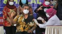 Sekda Kota Medan Wiriya Al-rahman menerima Vaksin Pertama