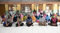 Kapolres Banjar sosialisasikan PPKM kepada ibu-ibu pengajian.