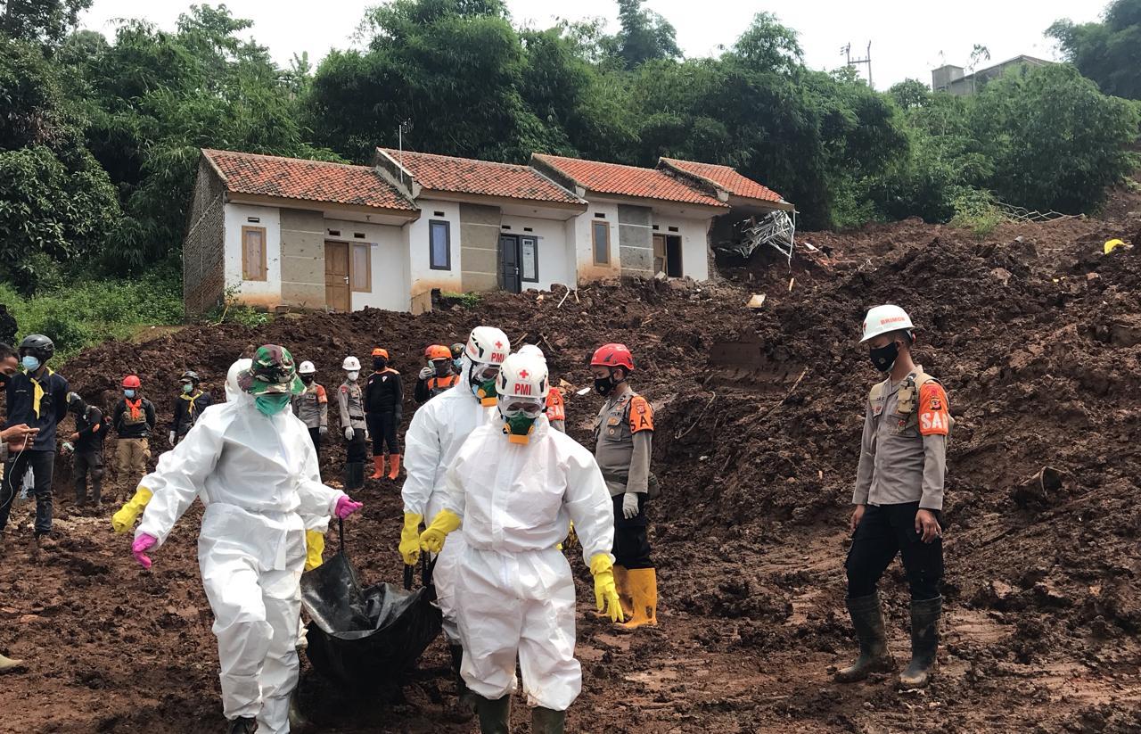 Evakuasi korban bencana alam di wilayah hukum Polres Sumedang tersebut dilaksanakan oleh tim SAR Satuan Brimob Polda Jabar