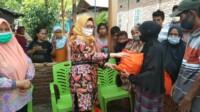 Anggota DPR RI dari fraksi Partai Gerindra, Andi Ruskati Ali Baal saat memberikan bantuan bagi korban gempa di Sulbar.