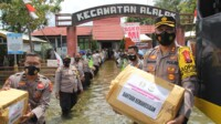 Kapolres Kapuas AKBP Manang Soebeti beserta jajaran Polres Kapuas membawa bantuan logistik ke korban banjir di Kecamatan Alalak Kabupaten Barito Kuala Kalimantan Selatan (Kalsel) (Angga / Mattanews.co)