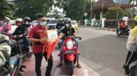 Ketua Umum IMM Palembang Wahyu Nugroho, saat mengumpulkan dana bagi korban banjir di Sulbar dan Kalsel (Reza Fajri / Mattanews.co)