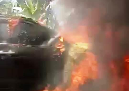Mobil dinas (mobdin) Plt Sekda Muara Enim Sumsel mengalami kecelakaan setelah ditabrak sepeda motor CBR (Arie / Mattanews.co)