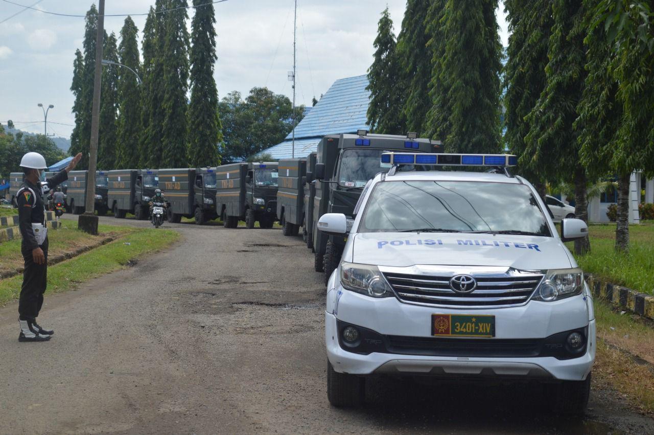 Personel Polisi Militer Daerah Militer XIV/Hasanuddin Detasemen Polisi Militer XIV/2 Parepare melakukan Pengawalan dan Pengendalian Lalu lintas untuk memperlancar Pendistribusian bantuan.