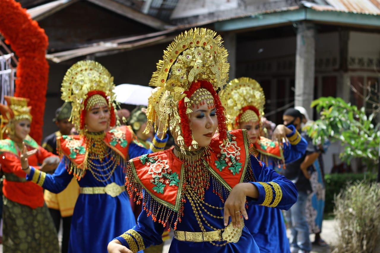 Anggota Sanggar Seni Gobang Nan 7 menarikan Tari Gelombang yang menjadi tarian tradisional di Kabupaten Tanah Datar Sumbar (M Rafi / Mattanews.co)