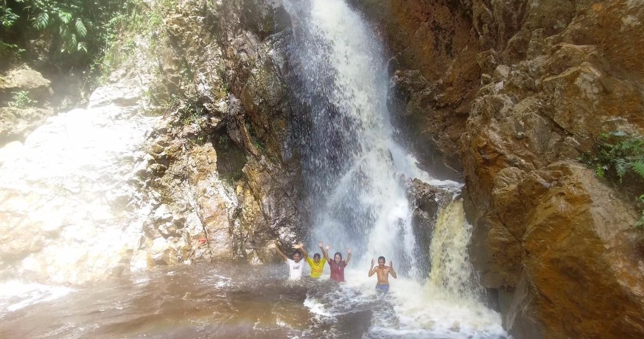 Para wisatawan saat berendam di bawah air terjun di Desa Masupa Ria Kabupaten Kapuas Kalteng (Angga / Mattanews.co)