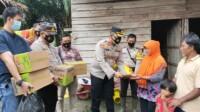 Katim, ayah AB, bocah 10 tahun yang tewas tenggelam, mendapatkan bantuan dari Polsek Talang Kelapa Banyuasin (Dede Febryansyah / Mattanews.co)