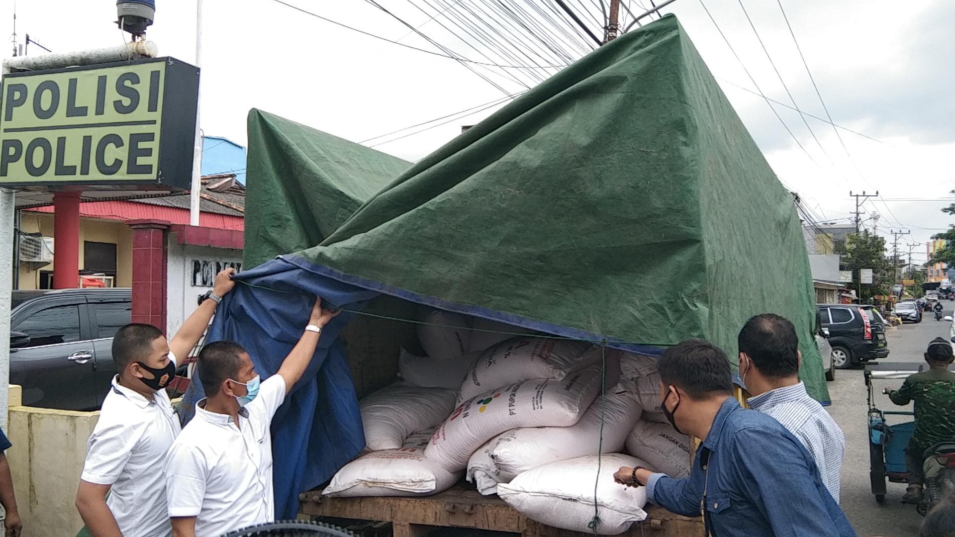Truk muatan pupuk PT Pusri ditemukan di kawasan Rambutan Banyuasin Sumsel (Dede Febryansyah / Mattanews.co)
