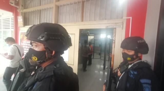 Rutan Pakjo Palembang dikawal ketat anggota kepolisian saat Wabup OKU Johan Anuar kembali ditahan usai dilantik (Dede Febryansyah / Mattanews.co)