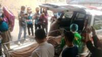 Jenasah EM, warga Banyuasin yang tewas gantung diri, saat dibawa ke RS Bhayangkara M Hasan Palembang Sumsel (Dede Febryansyah / Mattanews.co)