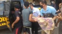 Jenasah Bayu Bambang Anugerah, bocah 10 tahun asal Banyuasin dievakuasi saat ditemukan tewas tenggelam di kolam galian (Dede Febryansyah / Mattanews.co)