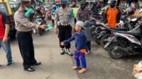 Polres Ciamis Polda Jabar, salah satunya dengan pemberian masker dan handsanitizer gratis kepada warga masyarakat diwilayah hukum Polres Ciamis.