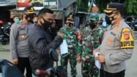 Kapolres Karawang aktif mensosialisasikan prokes kepada masyarakat.