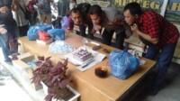 Kapolsek Medan Area bersama insan pers di Medan Sumut, menggelar tiup lilin bersama dalam merayakan HPN tahun 2021 (Tison / Mattanews.co)