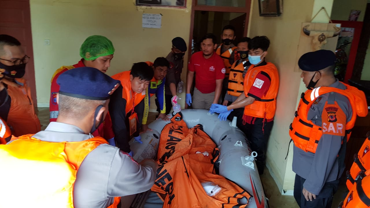Personil SAR Brimob Polda Jabar Bantu Evakuasi Korban Meninggal Akibat Bencana Banjir Pamanukan