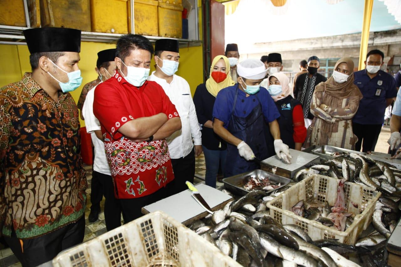 Gubernur Sumsel Herman Deru saat meninjau UMKM penggilingan ikan di Palembang (Dok. Humas Pemprov Sumsel / Mattanews.co)