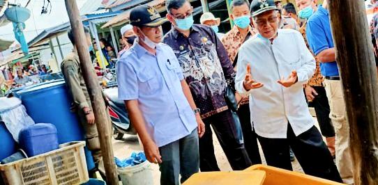 Wabup Banyuasin Slamet saat melakukan survey pengelolaan limbah di kawasan pesisir Banyuasin (Dok. Humas Pemkab Banyuasin / Mattanews.co)