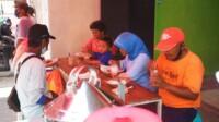 Para warga Blitar dengan lahap menikmati menu masakan dari warung gratis komunitas relawan di Blitar tanpa dipungut biaya apapun (Robby / Mattanews.co)