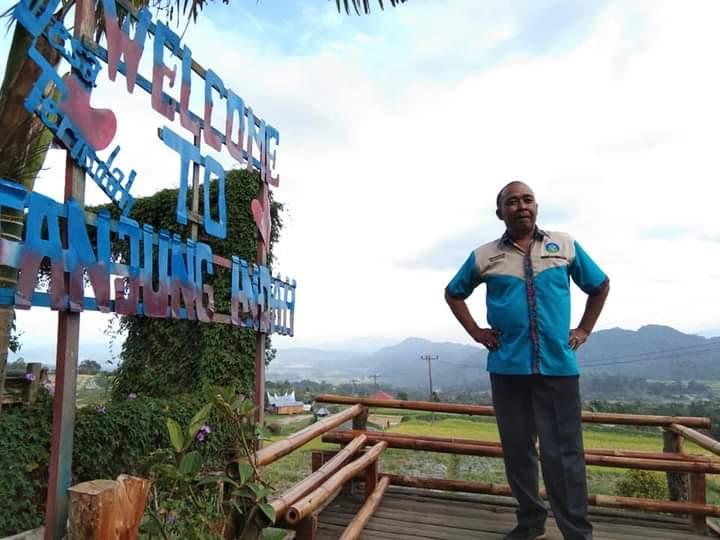 Pengunjung di Wisata Anjungan Indah di Tanah Datar saat berfoto di plang tulisan wisata tersebut (M Rafi / Mattanews.co)