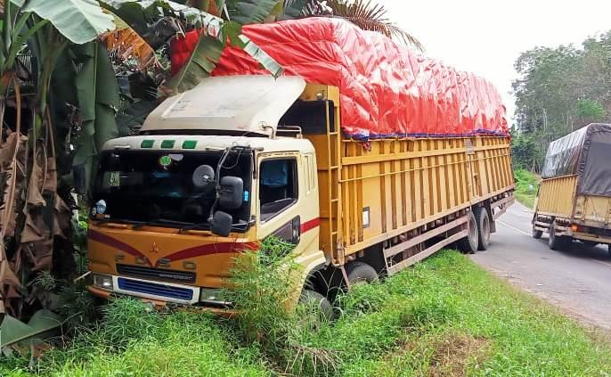 Truk fuso muatan masuk parit di Jalintim Palembang-Banyuasin Sumsel (Nasir / Mattanews.co)