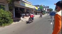 Kholil, pengendara sepeda motor berusaha menabrak petugas gabungan yang menggelar operasi yustisi di Kabupaten Blitar Jatim (Robby / Mattanews.co)
