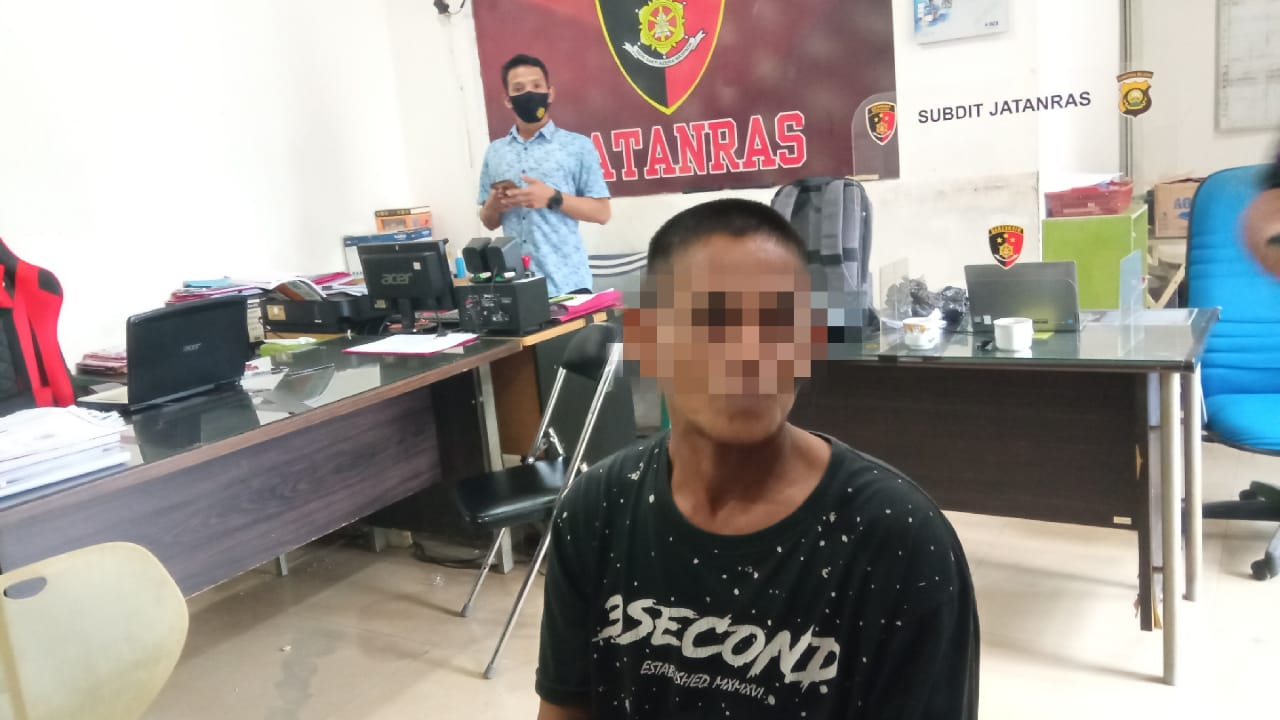 US, US (40), warga Kelurahan 12 Ulu Kecamatan Seberang Ulu I Palembang Sumatera Selatan (Sumsel) ditangkap Unit Jatanras Polda Sumselusai merampok di toko emas di kawasan Sayangan Palembang (Dede Febryansyah / Mattanews.co)