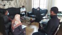 Kepala Dinas Pertanian Metehsa Purba dan Rosta Br Perangin Angin saat di konfirmasi wartawandi Sumut (Tison Sembiring / Mattanews.co)