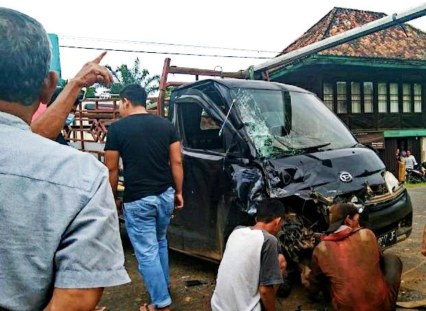 2 unit kendaraan yang melintas di Jalntim Palembang-Betung Banyuasin Sumsel alami kecelakaan lalu lintas (Nasir / Mattanews.co)