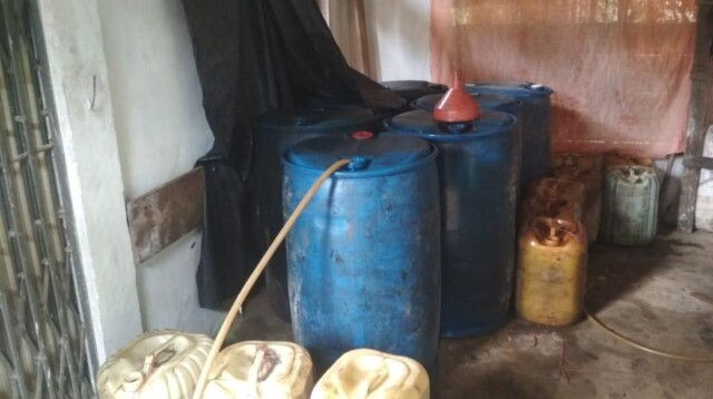 Drum berisi minyak yang diperoleh dari Pertambangan Tanpa Izin (PETI) di Kabupaten Merangin Jambi (Yulisman / Mattanews.co)
