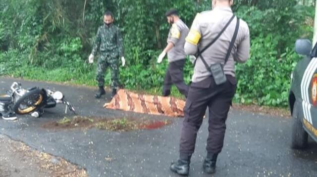 Pengendara sepeda motor tewas di tempat saat ditabrak oleh truk di Kabupaten Blitar Jatim (Robby / Mattanews.co)